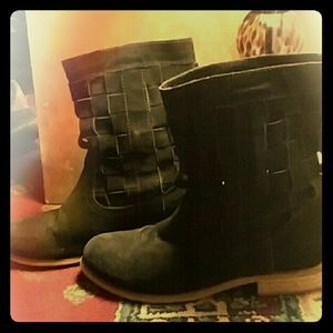Very clasy black thatch leather ecote boots sz9